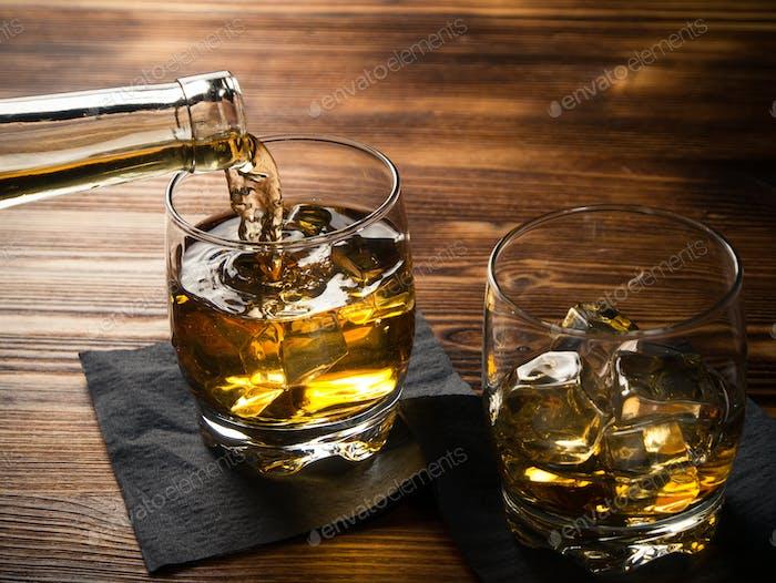 Whisky wird aus einer Flasche gegossen