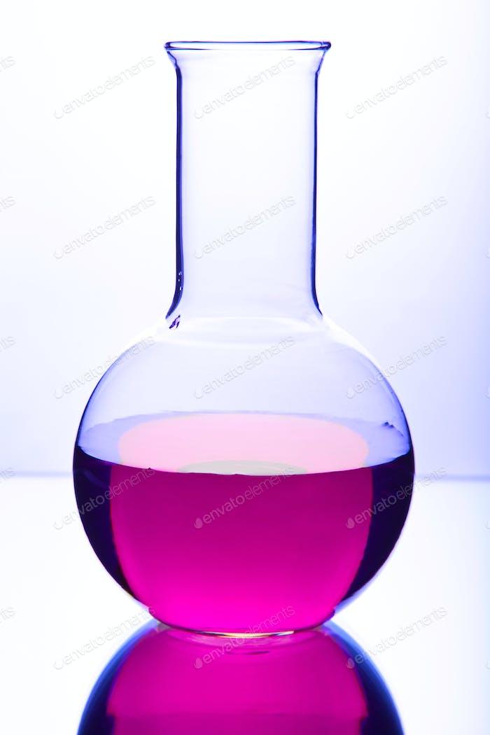cristalería de laboratorio con productos químicos coloridos