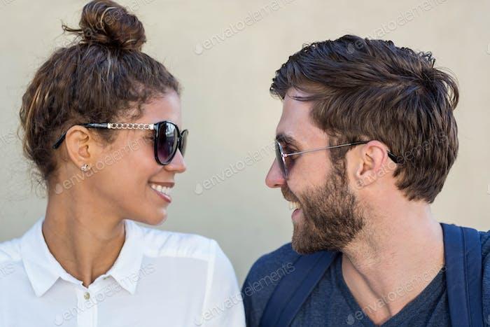 Hip Paar mit Sonnenbrille Blick auf einander