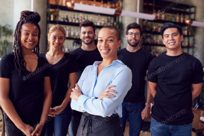 Porträt Von Weiblichen Besitzer Von Restaurant Bar Mit Team Von Wartenden Personal Stehen An Zähler