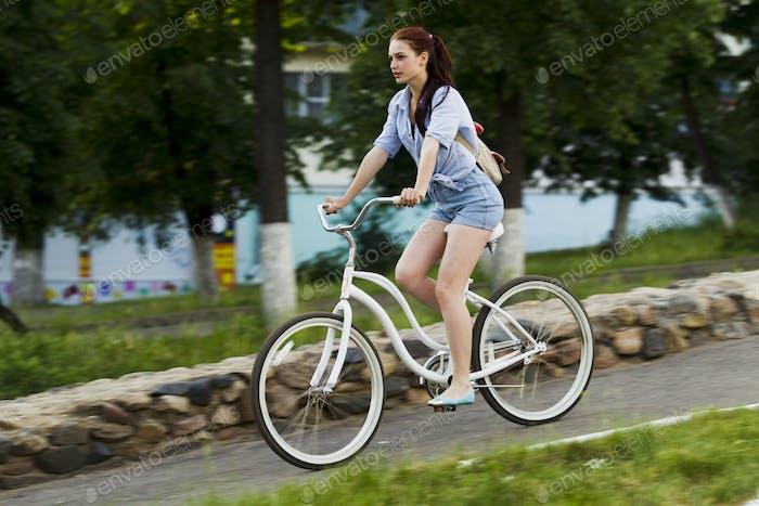 Thumbnail for Mädchen und weißes Fahrrad