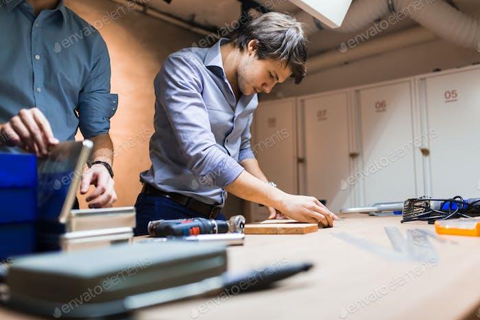 Handwerker arbeiten mit Holz