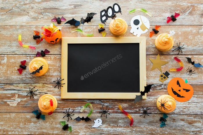 Leere Kreidetafel und Halloween-Party-Dekorationen