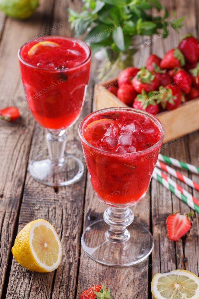 Erdbeere, kalter Saft aus frischen Beeren.
