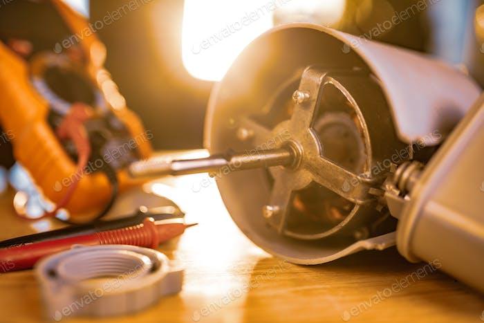 Nahaufnahme von Eisenmotor von zu Hause Lüfter liegt auf einem Tisch unter Reparatur