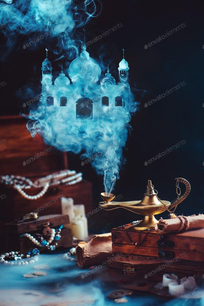 Lámpara mágica con humo místico formando un castillo árabe, bodegón con tesoro y joyas.