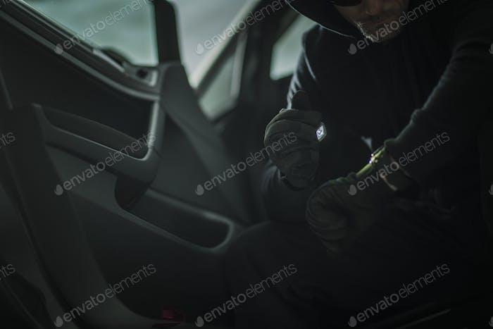 Hombres sospechosos en un coche