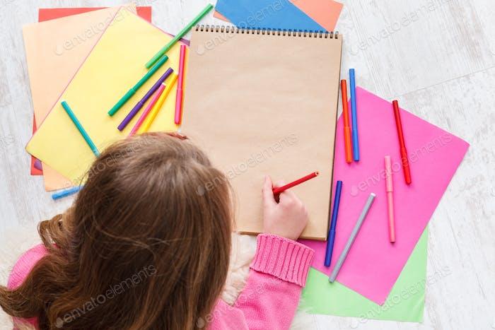 Schöne Mädchen zeichnen, schreiben Brief an den Weihnachtsmann, warten auf Weihnachten