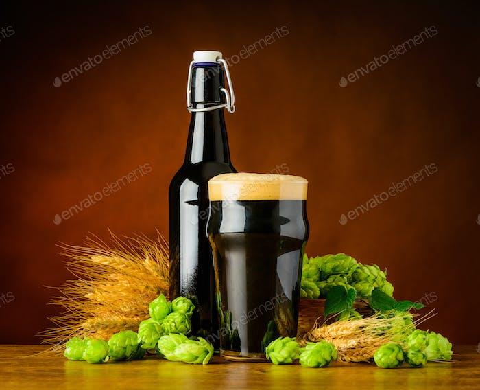 Dunkles Pint Bier mit Weizen und Hopfen Blume