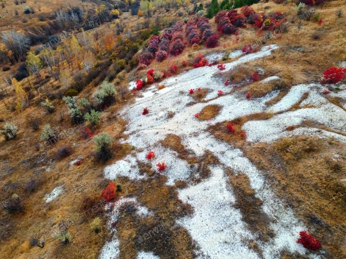 Fernansicht des Kreide-Butte-Hügels im Herbst
