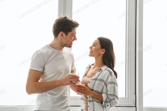 Ehepaar lächelnd, und schauen sich gegenseitig im Stehen