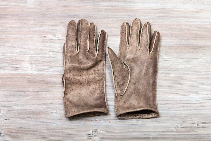 neue handgefertigte genähte Handschuhe auf dem Tisch