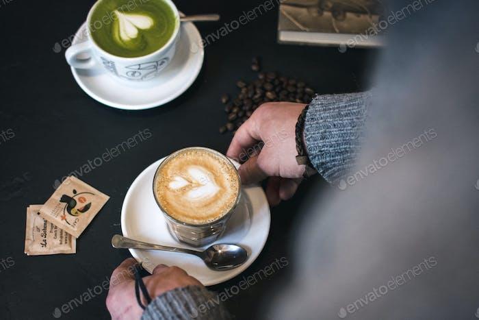 Flach weiß und matcha latte im cafe