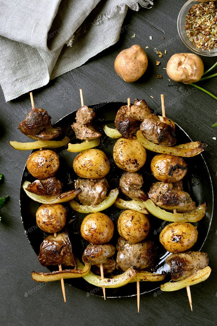 Bbq skewers with chicken liver and vegetables