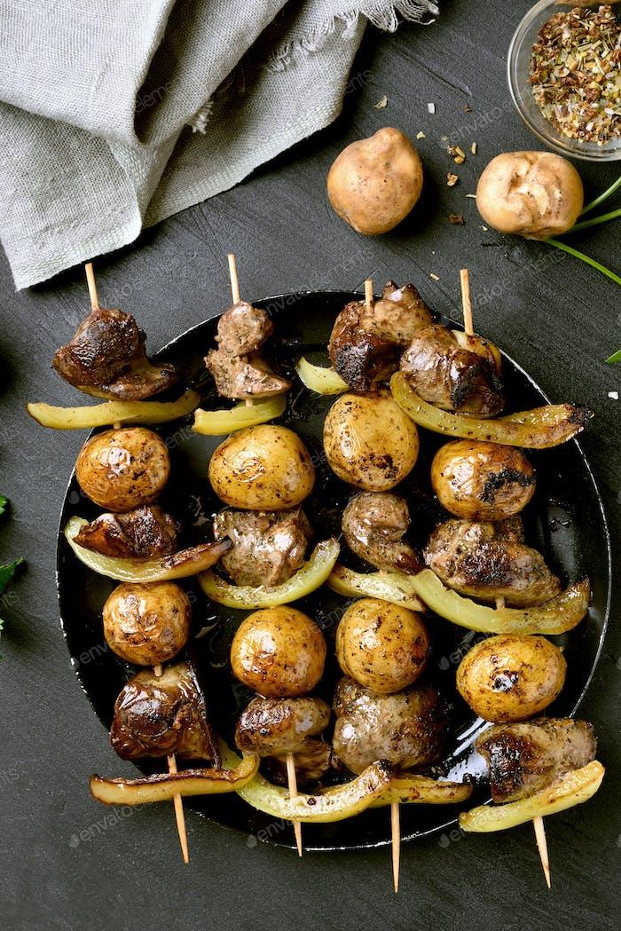 Grillspieße mit Hühnerleber und Gemüse
