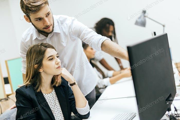 Personas de negocios que trabajan en la oficina