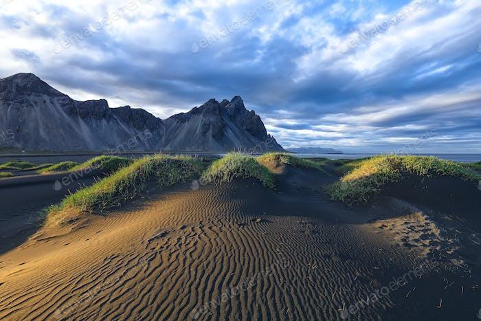 Fantastischer sonniger Tag und wunderschöne schwarze Sanddünen am Stokksnes Umhang in Island.