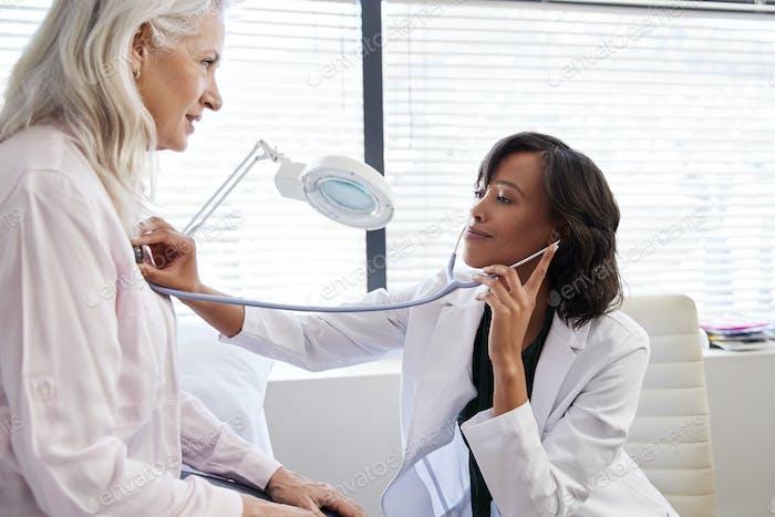 Frau Patientin mit ärztlicher Untersuchung mit weiblicher Arzt im Büro