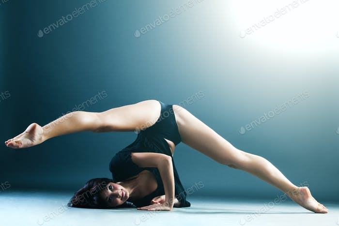 Young contemporary female dancer doing splits
