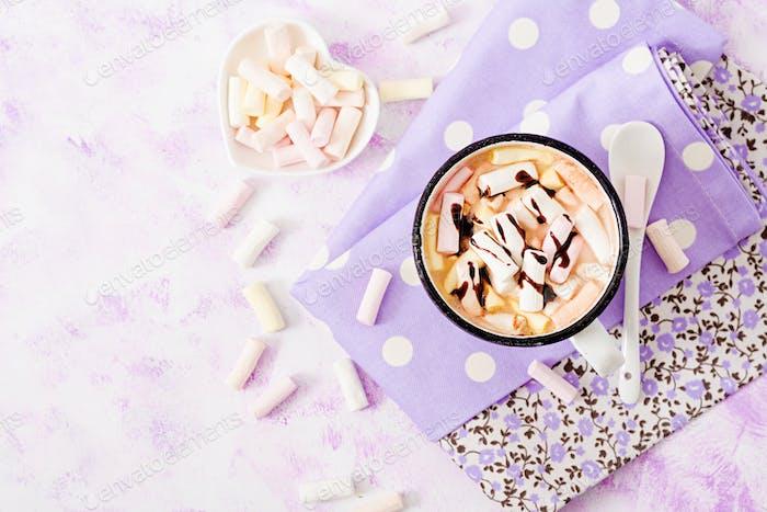 Tasse heißen Kakao oder Schokolade mit Marshmallow auf einem hellen Hintergrund. Flache Lag. Ansicht von oben