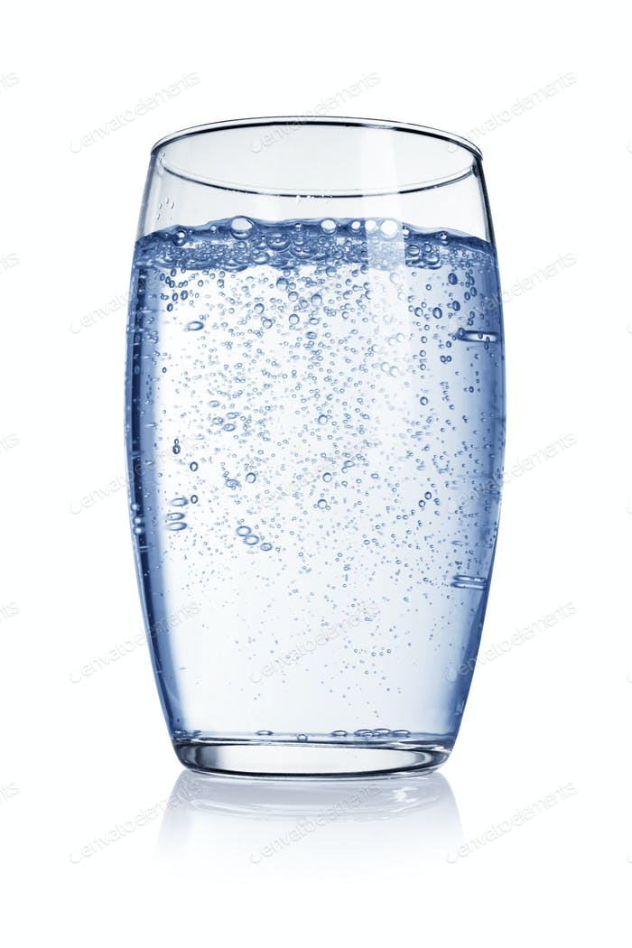Glas Wasser mit Gasblasen isoliert auf weißem Hintergrund.