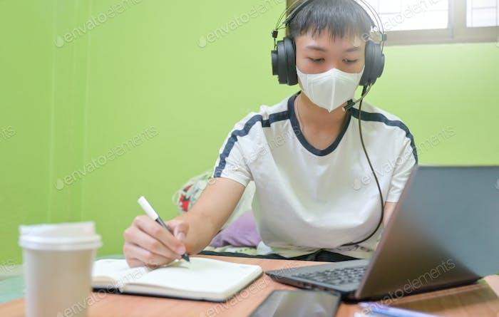 Männliche Studenten studieren online zu Hause von COVID 19-Übertragung.