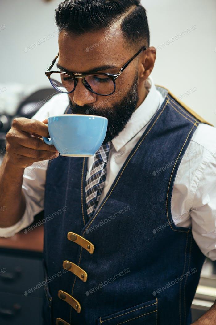 Afro-Amerikaner trinken Kaffee