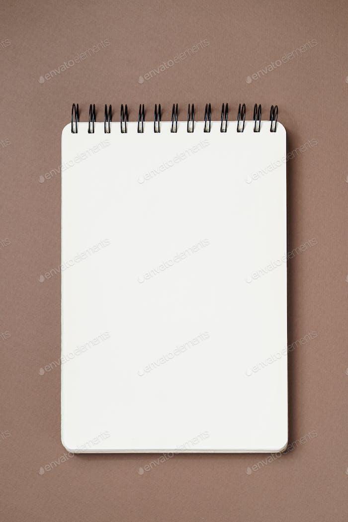 Cuaderno espiral sobre un fondo marrón