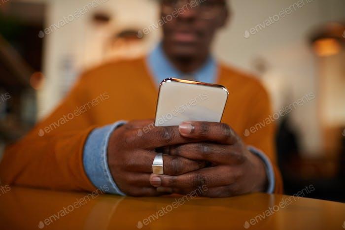 Moderne afrikanische Mann mit Smartphone