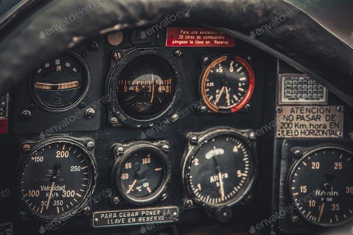 Vintage Flugzeug Cockpit Detail. Retro Luftfahrt, Flugzeuginstru