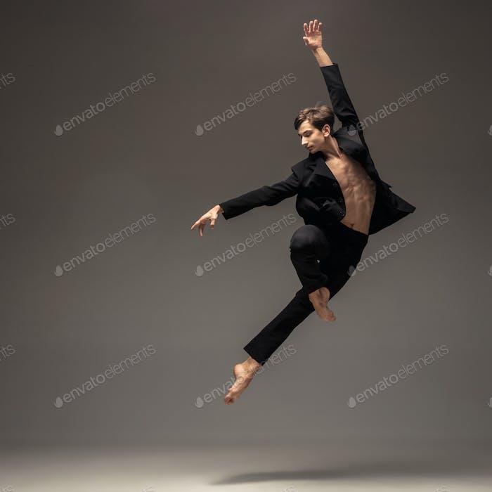 Mann im lässigen Büro-Stil Kleidung springen isoliert auf Studio-Hintergrund