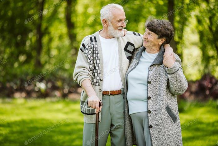 Älteres Paar während eines Spaziergangs im Park