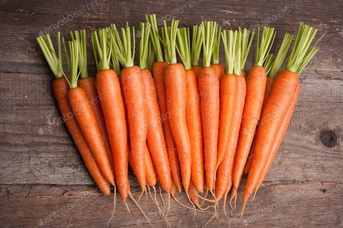 frischer Karottenstrauß auf grungy hölzernen Hintergrund