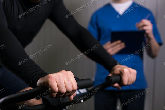Patienten, die auf einem stationären Fahrrad trainieren