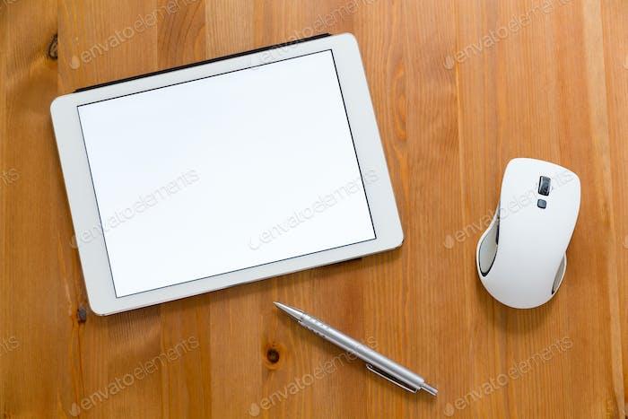 Digitales Tablet, Stift und Maus auf dem Schreibtisch mit einem leeren Bildschirm für Werbung