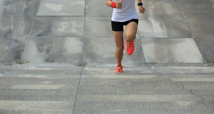 Läufer läuft auf der Stadtreppe
