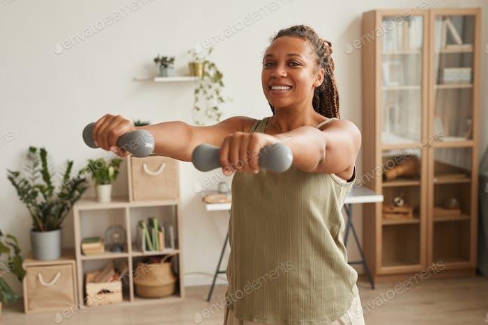 Женщина упражнения с гантели