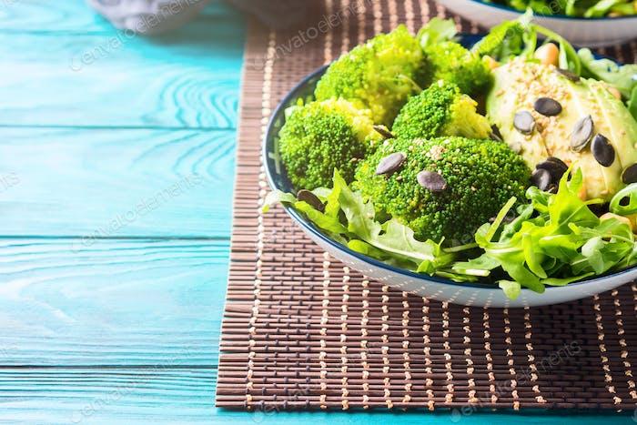 Pflanzliche Mittagsmahlzeit mit Brokkoli und Avocado.