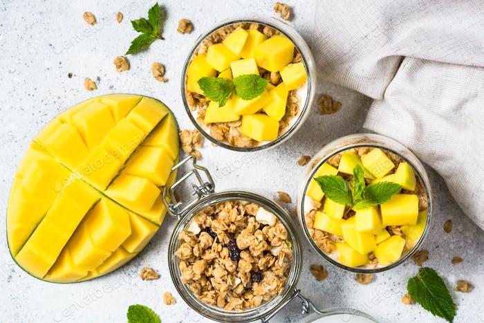 Parfait mit Joghurt, Mango und Müsli Draufsicht