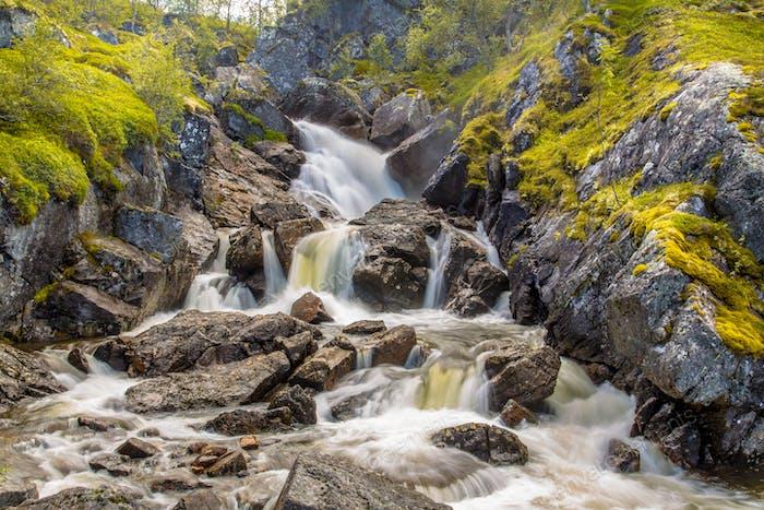 Norwegischer Wasserfall mit langer Belichtung und verschwommenem Wasserfluss