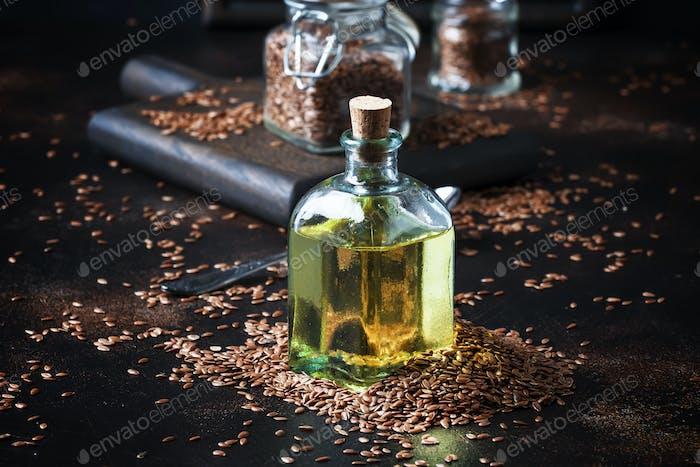 Leinen oder Flachs kalt gepresstes Öl in der Flasche
