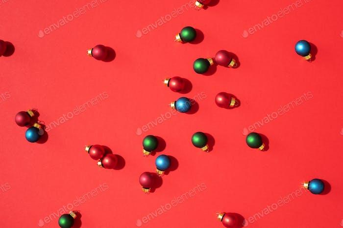 Weihnachtsmuster aus bunten Weihnachtskugeln
