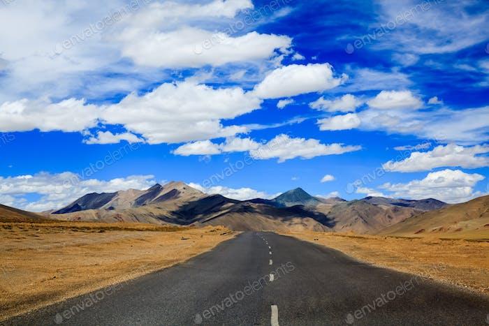 Straße zum Berg, Leh, Ladakh, Indien