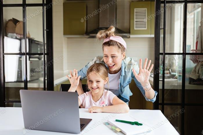 Mutter und Tochter rufen während des Coronavirus im Video Chat an