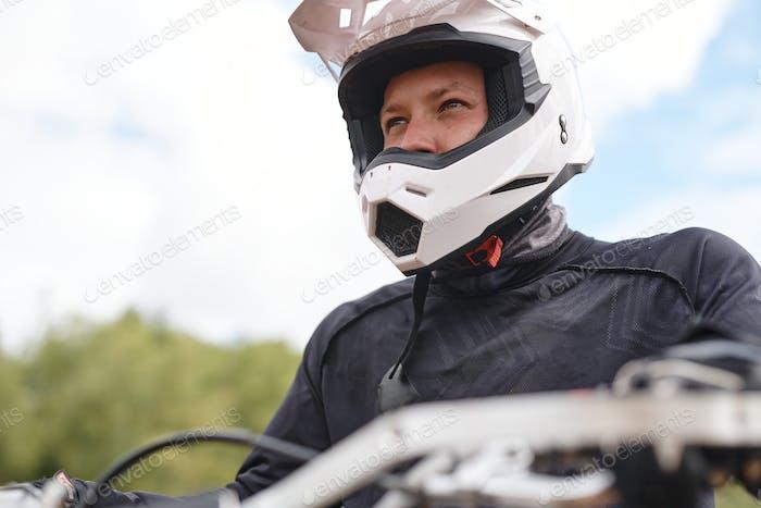 Motorradfahrer Blick in die Ferne