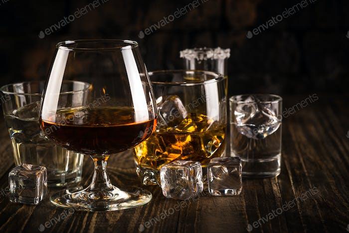 Starke alkoholische Getränke - Whisky, Cognac, Wodka, Rum, Tequila