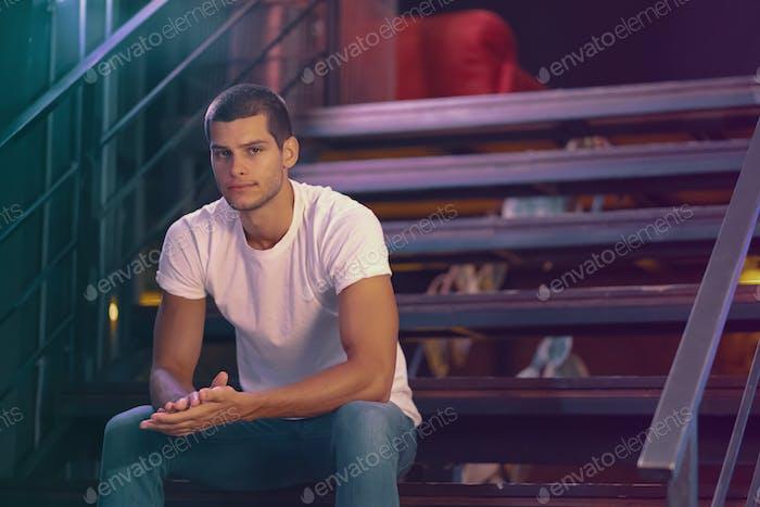 Nahaufnahme Porträt von attraktiven männlichen Modell. Junge gutaussehende Mann in einer bar