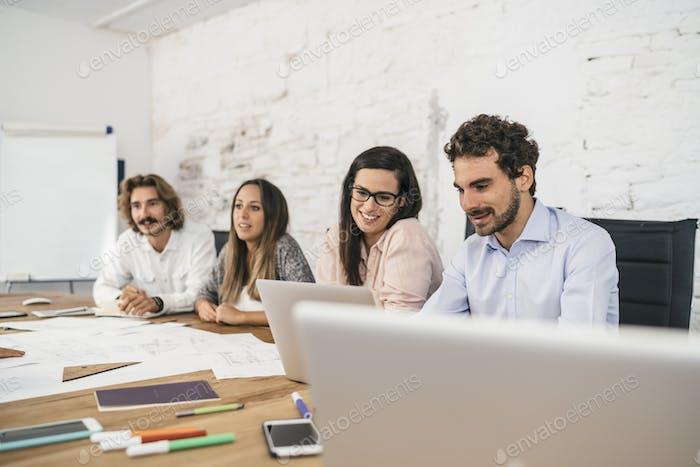 Молодая команда коллег делает большую работу обсуждение в современном c