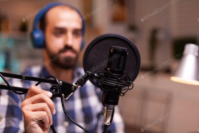 Mann trägt Kopfhörer