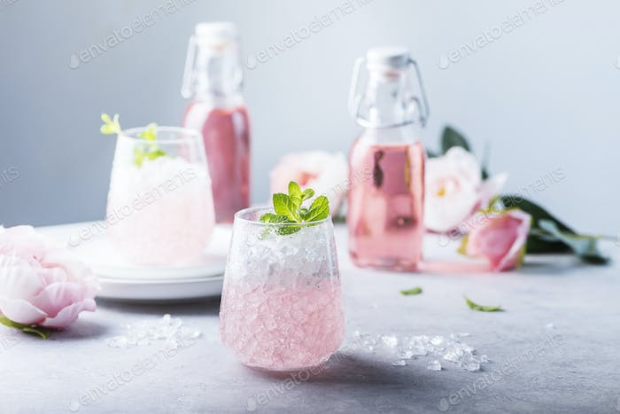 Rosa Cocktail mit Crushed Ice